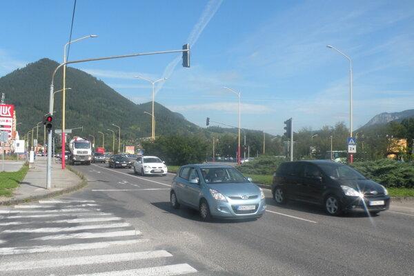 Križovatkou pri Kaštieli sv. Žofie prejdú denne tisícky osobných áut a kamiónov.