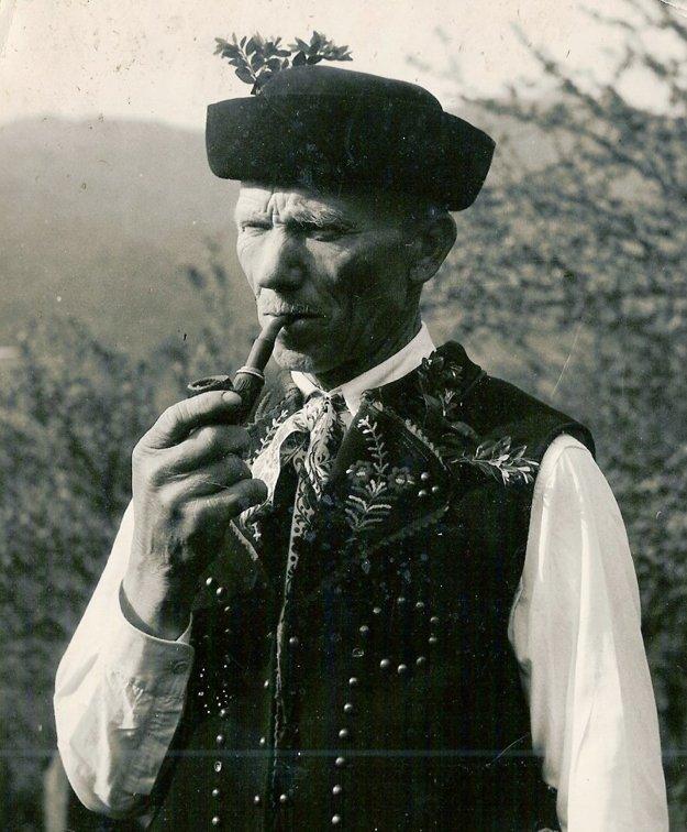 Muž v kroji s fajkou.
