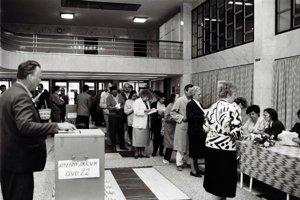 Prvé demokratické voľby po páde socializmu boli 8. a 9. júna 1990. Na Slovensku vtedy volilo takmer 3,5 milióna ľudí, teda vyše 95 percent oprávnených voličov.