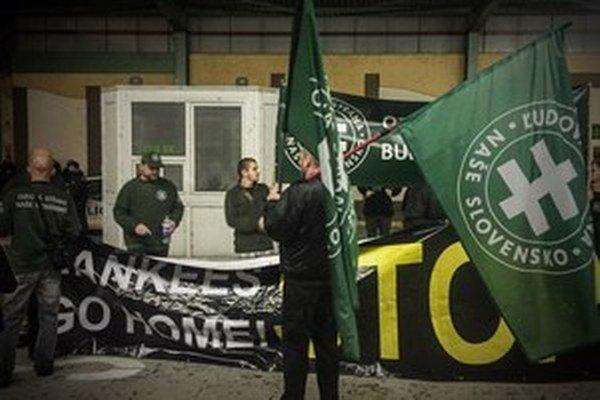 Proti americkému konvoju protestovali v septembri na hraniciach aj extrémisti.