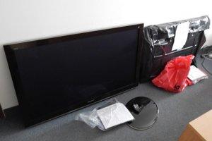 Obvinení mali za použitia duplikátu kľúča vniknúť do kabíny kamióna s návesom. Nákladom bolo 192 kusov televízorov.