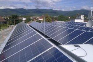 Slnečné kolektory sú v Lazanoch na budove obecného úradu.