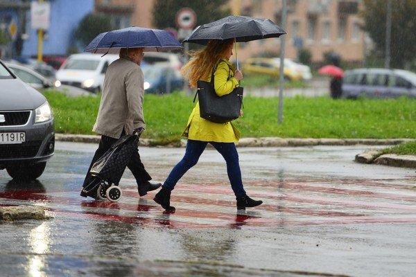 Slabý občasný dážď alebo mrholenie očakávame najmä na západe.