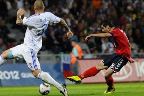 Martin Škrtel pri márnom pokuse zabrániť druhému gólu Arméncov.