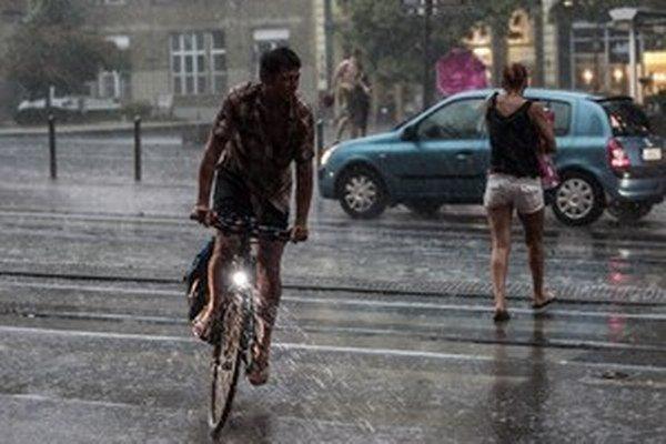 V nedeľu očakávame dážď, ojedinele aj búrky.