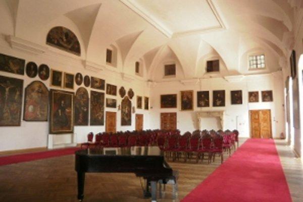 Huňadyho sála sa nazýva aj Veľká dvorana.