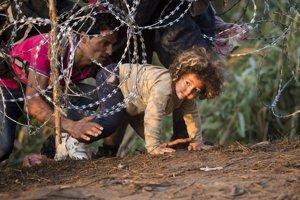 Zábrany na hranici maďarsko-srbskej hranici nie sú príliš účinné. Migranti ich dokážu podliezť.