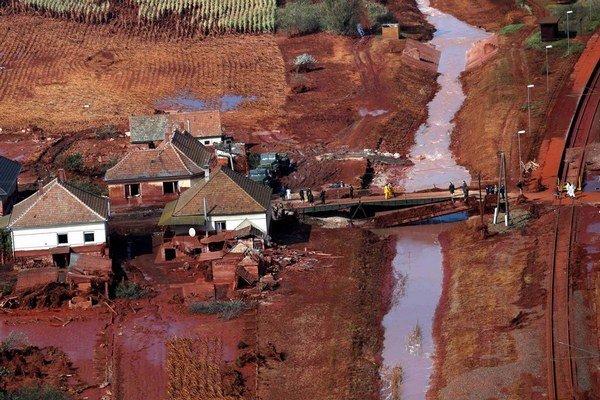 V roku 2010 sa červený kal rozlial z hlinikárne pri západomaďarskej Ajke po okolitých obciach. Časť kontaminovanej vody vtedy začala vtekať do Mošonského Dunaja.