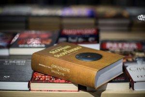 Upozornenie sa objavuje aj pri niektorých knihách od Cyrila Hromníka.