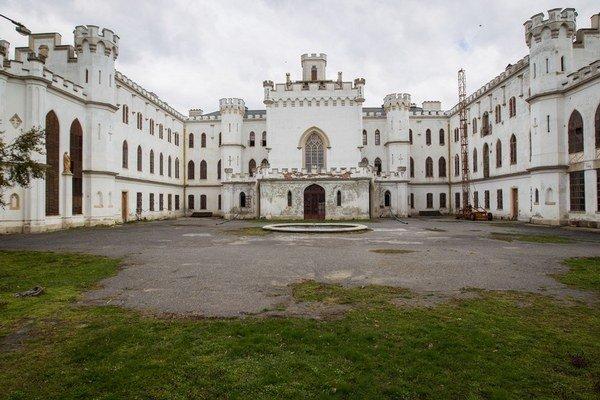 Slovenská komora architektov vládu žiada, aby pre pochybenia súťaž  na rekonštrukciu kaštieľa v Rusovciach radšej  zrušila.