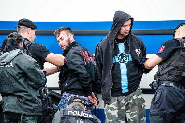 Polícia po protestoch obvinila päť osôb.