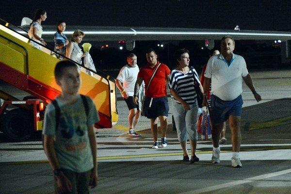 Slovenskí dovolenkári vystupujú z vládneho špeciálu na letisku M.R. Štefánika v Bratislave.