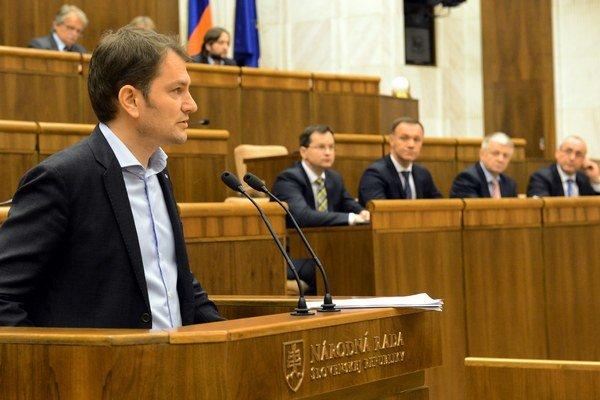 Predsedu komisie zvolí spomedzi všetkých členov v tajnom hlasovaní parlament.