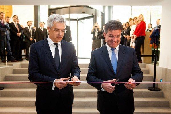 Ivan Korčok (vľavo) s ministrom zahraničia Miroslavom Lajčákom počas otvorenia novej prenajatej budovy Stáleho zastúpenia SR pri EÚ v Bruseli.