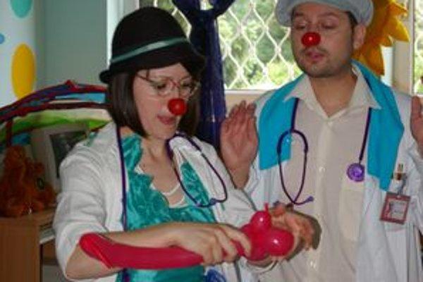 Zdravotní klauni v bojnickej nemocnici rozosmiali pacientov aj personál.