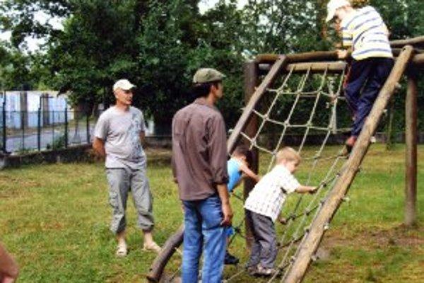 Deti pri hrách naplno využili aj preliezačky.