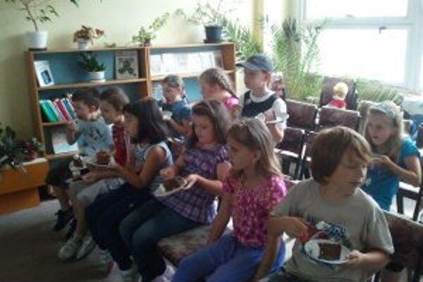 Víťazná trieda si pochutila na torte.