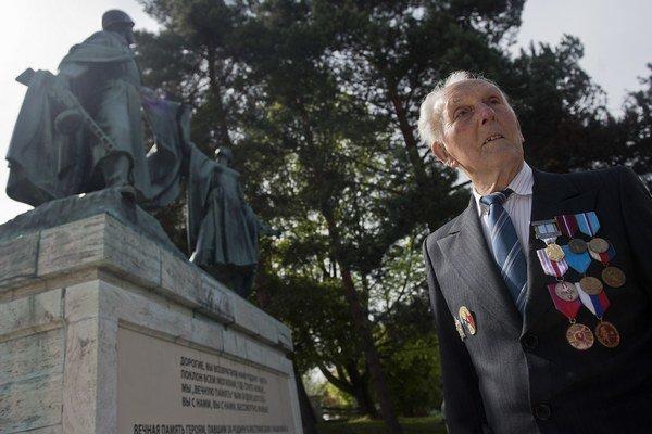 Vojenský veterán počas osláv 70. výročia ukončenia 2. svetovej vojny a Dňa víťazstva nad fašizmom pri pamätníku na vojenskom cintoríne Háj-Nicovô v Liptovskom Mikuláši.