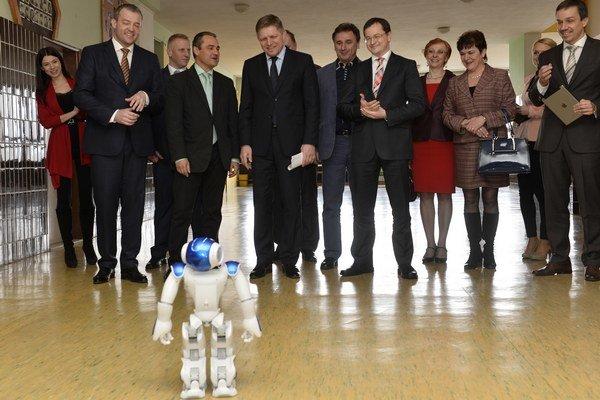 Premiéra s ministrom privítal robot.