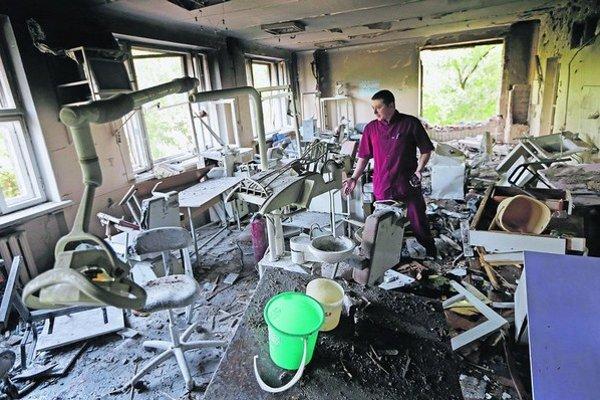 Delostreleckou paľbou zničené stomatologické oddelenie nemocnice v Donecku na východnej Ukrajine.
