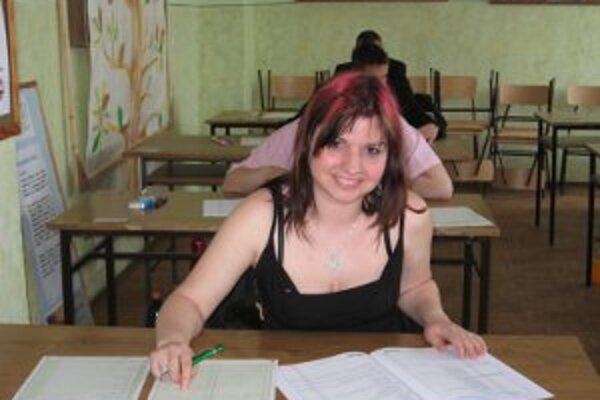 Veronika sa pripravuje na maturitné skúšky.