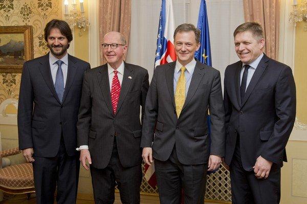 Americký veľvyslanec Theodore Sedgwick (druhý zľava) a George Kent (druhý sprava), koordinátor pre boj proti korupcii Európskej sekcie Ministerstva zahraničných vecí USA.