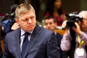 Premiér sa v rámci Európskej únie pripojil k sankciám proti Rusku, v rámci slovenskej politiky však sankcie proti Rusku kritizuje.