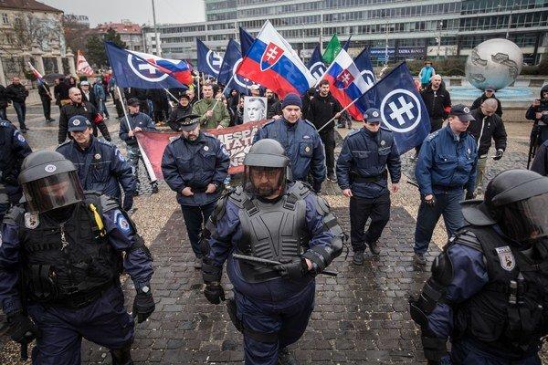 Účastníci národného pochodu pred prezidentským palácom.