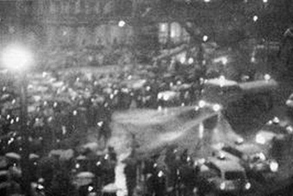 Veriaci sa zhromaždili v strede námestia, rozohnali ich vodné delá a policajné obušky.