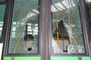 Rozbité okná na autobuse v Žiline.