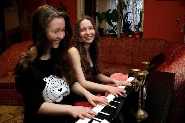 Aj keď dvojičky Lucia a Andrea tvrdia, že nie sú rovnaké, hru na klavíri majú spoločnú.