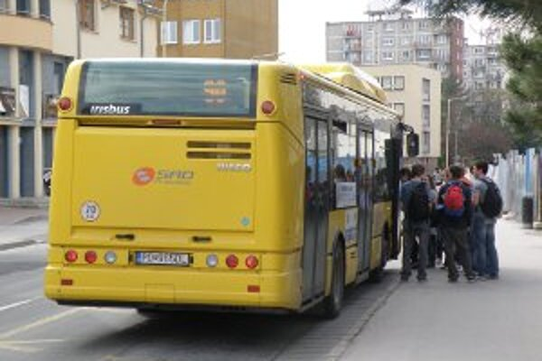 Autobusmi MHD cestuje z rok ana rok menej ľudí.