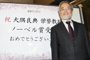 Japonský biológ Jošinori Osumi pri blahoprianí od kolegov za výhru Nobelovej ceny za medicínu alebo fyziológiu za rok 2016.