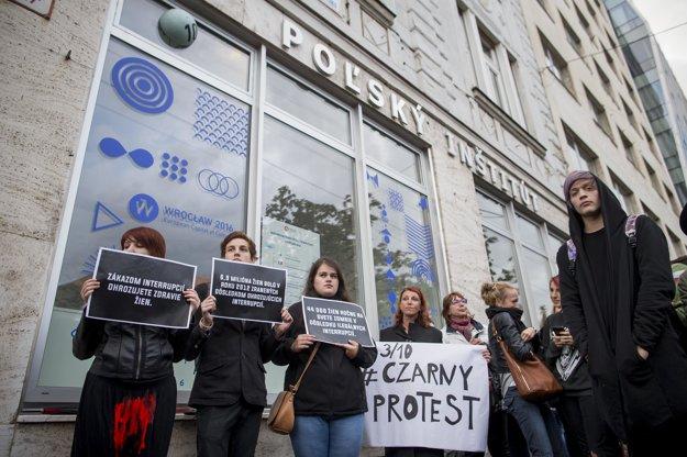 Protest v Bratislave pred Poľským inštitútom.