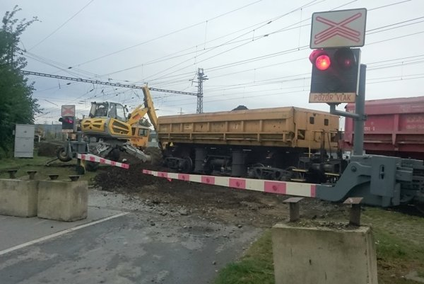 Autá neprejdú do konca októbra. Práce na priecestí sa dotknú železničnej dopravy len minimálne, tvrdia ŽSR.