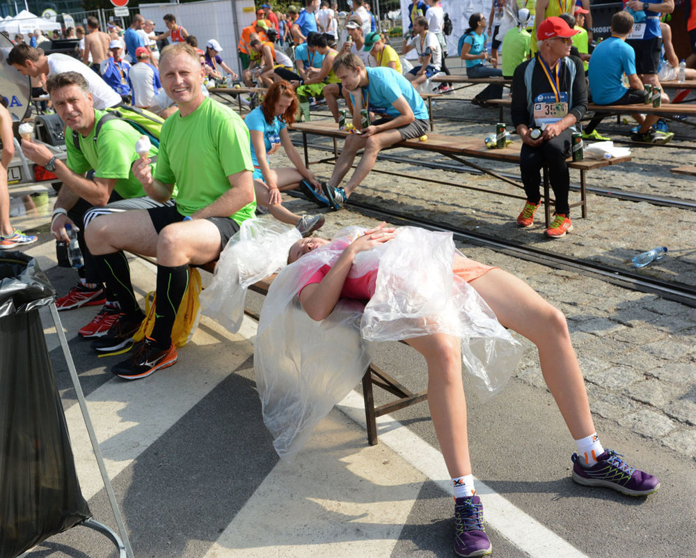 Aj takéto boli podoby maratónu – každý oddychoval po dobehnutí po svojom. Niekto so zmrzlinou, niekto zabalený v igelite...