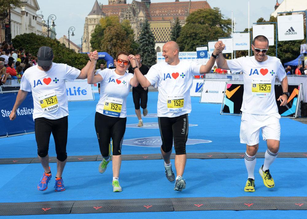 Maratónska štafeta - na obrázku tím spoločnosti Svet zdravia.