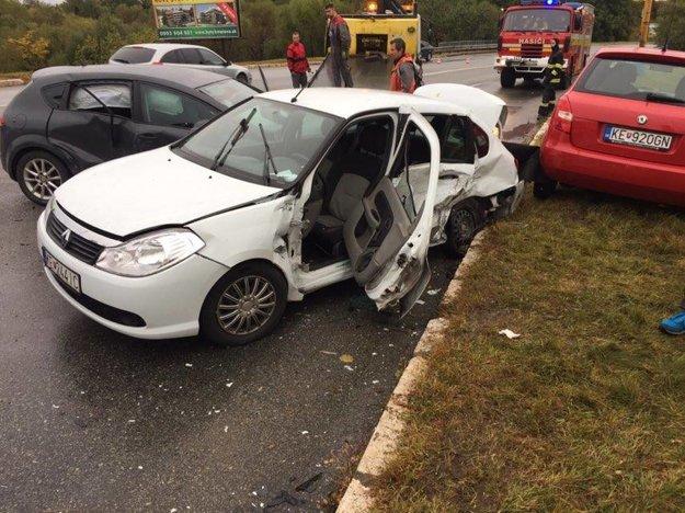 Zrážka na Popradskej. Zrazili sa štyri autá, tri riadili ženy.