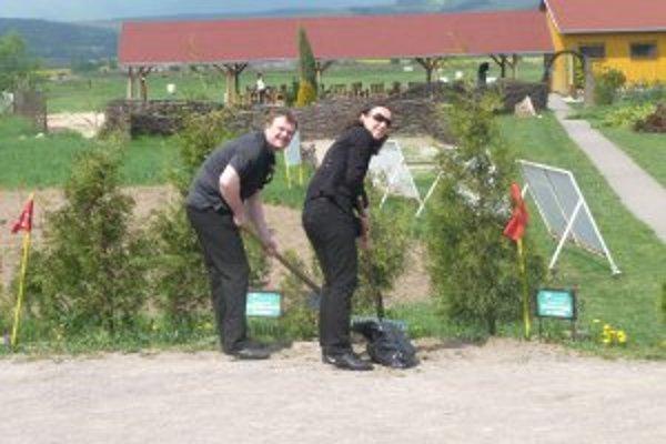 Počas brigády si svoje okolie upratali aj golfisti.