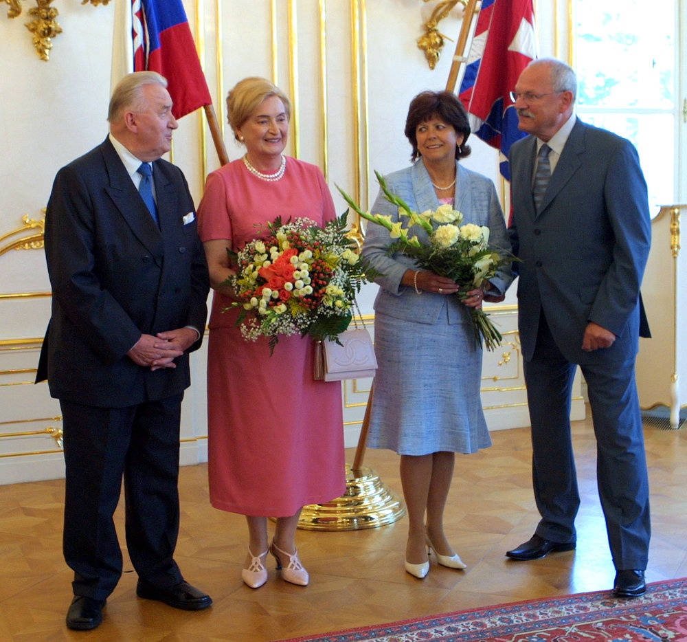 V deň 75. narodenín na návšteve u vtedy uradujúceho prezidenta Gašparoviča. V deväťdesiatych rokoch ho Gašparovič v parlamente počastoval neslušným výrazom.