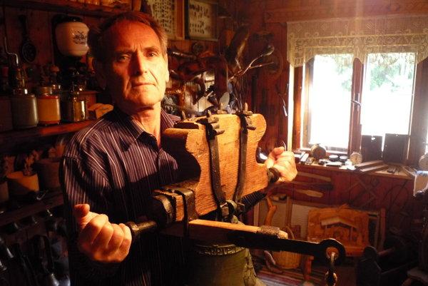 Zberateľ Ladislav Janech drží vrukách zvon zroku 1745, ktorý dala vyrobiť filiálka Domaniža pre obec Kardošova Vieska.