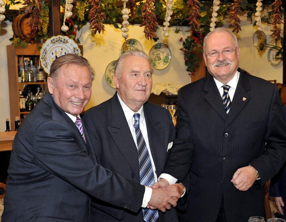 Michalovi Kováčovi prišli 14. októbra 2010 zablahoželať k 80. narodeninám do Slovenskej reštaurácie v Bratislave jeho dvaja nasledovníci Rudolf Schuster (vľavo) a Ivan Gašparovič (vpravo).
