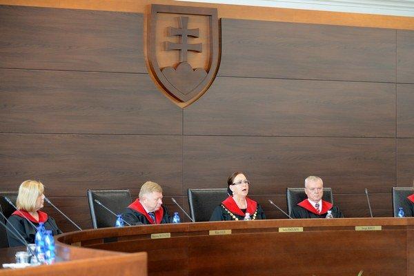 Ústavný súd návrh o previerkach sudcov pozastavil, bude sa ním zaoberať.