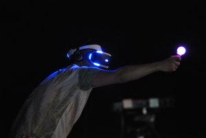 Playstation VR headset a pohybové ovládače Playstation Move.