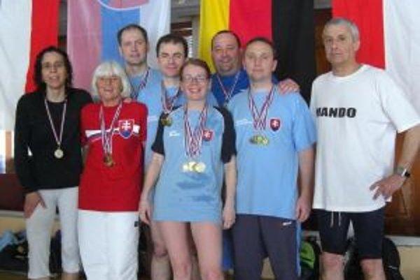 Prievidzskí plavci s medailami z majstrovstiev Slovenska.