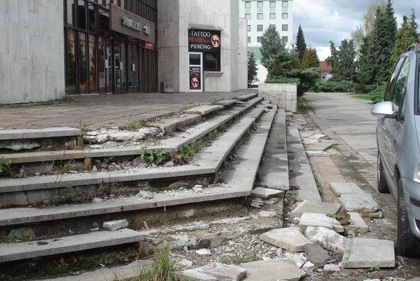 Zničené schody. Oprava sa tak skoro neuskutoční.