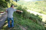 Vlastné cestičky. Poslanec Horváth ukazuje na vyjazdené stopy od motoriek aštvorkoliek vlesoch nad Dobšinou.