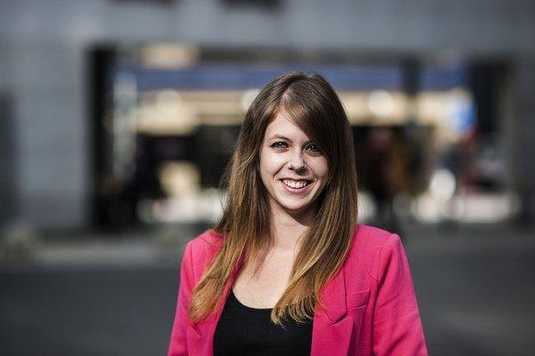 Iveta Chovancová (1987). V roku 2009 ukončila bakalársky stupeň liečebnej pedagogiky na Pedagogickej fakulte UK. V roku 2012 získala bakalára z psychológie na Univerzite Komenského v Bratislave. V súčasnosti externe študuje sociálnu a poradenskú psychológ