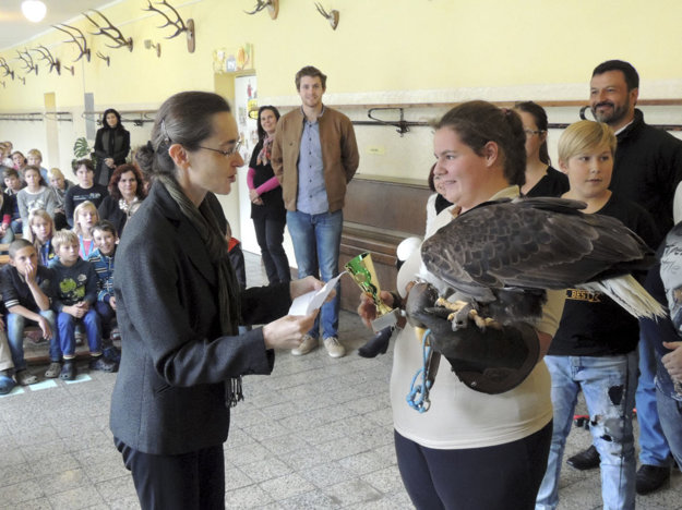 Na snímke brazílska veľvyslankyňa na Slovensku Susan Kleebanková, ktorá odovzdáva ocenenia žiakom základnej školy.