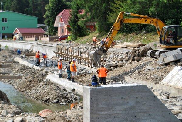 Práce v Čirči. Pri stavaní regulácie obec postihla povodeň.